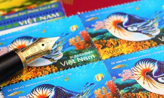 ハノイ郵便局でお土産に買ったベトナム切手と万年筆の写真