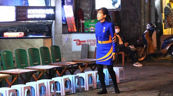 タヒエン通りでタイガービールの制服を着て働くベトナムの女性の写真