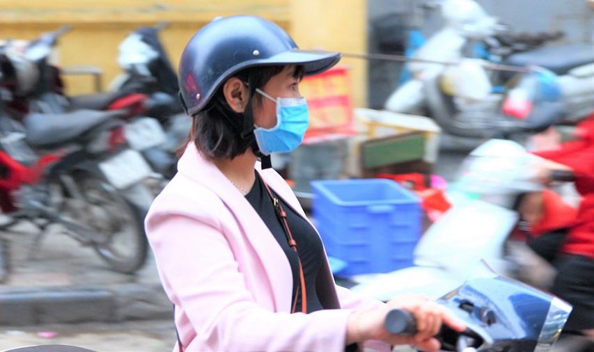 仕事帰りにドンスアン市場の場外売り場で買い物をして帰るベトナム人の若いOLの写真