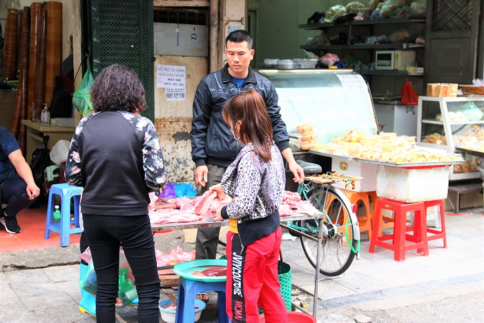 ドンスアン市場裏の肉屋で働くベトナム人男性の写真