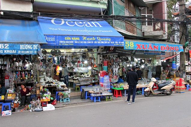 ドンスアン市場の向かいの雑貨店が立ち並ぶハンコアイ通りの写真