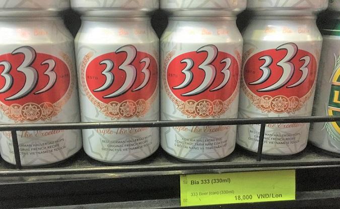 フエのスーパーマーケットで販売されている333ビールの値札の写真