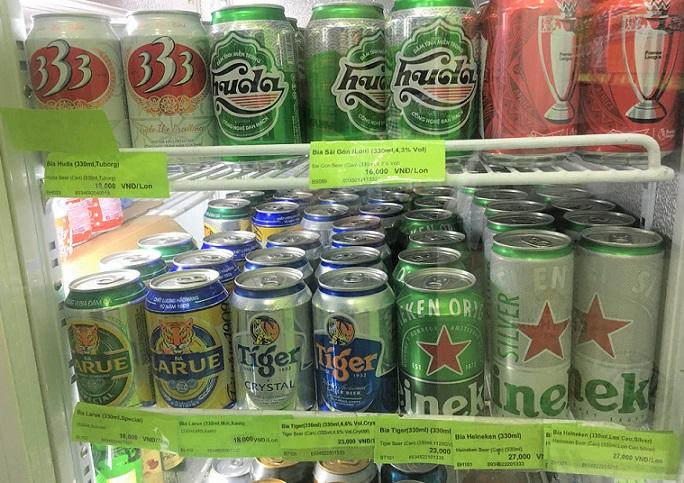 フエのスーパーマーケットの冷蔵庫に並ぶベトナムのビールの写真