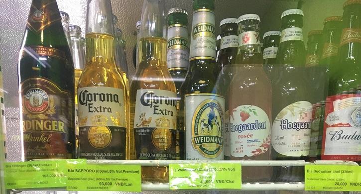 フエのスーパーに並んでいるビールの価格