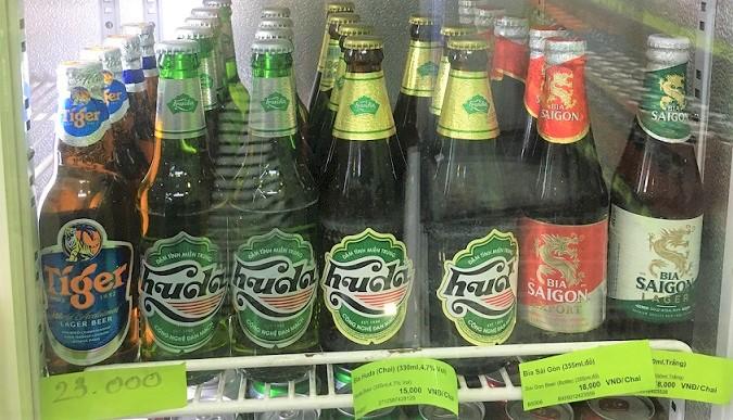 ベトナムのフエのスーパーに並ぶタイガービールとサイゴンビールの値札の写真