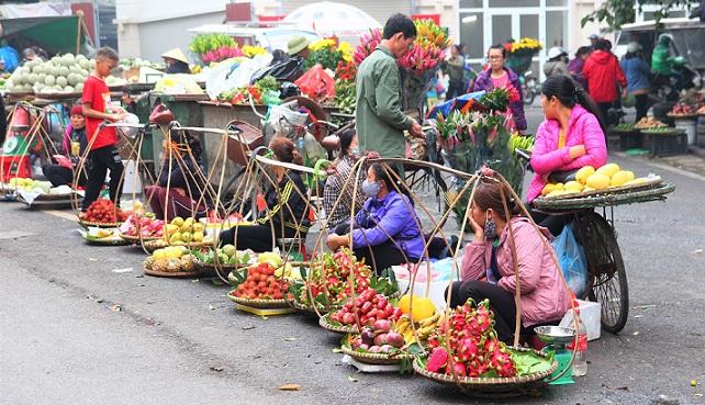 ハノイ旧市街のドンスアン市場裏のグエンティエントゥアット通りで野菜を売る人々の写真