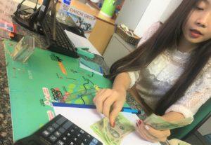 ベトナムの夜遊び軍資金獲得のため、安いレートの両替店を探して円をドンに換える。クレジットカードの海外キャッシングは要注意。