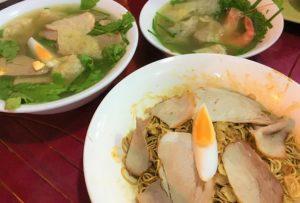 福建料理のホッケンミーと福建風ラーメンのワンタンスープを両方並べて比較した写真