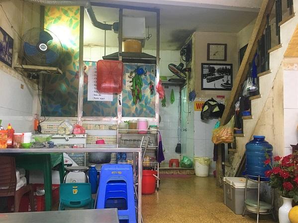 ハノイの福建麺料理店の店内の様子の写真。自宅と繋がっているので店舗代はかからず格安でベトナム料理が楽しめるようになっている。