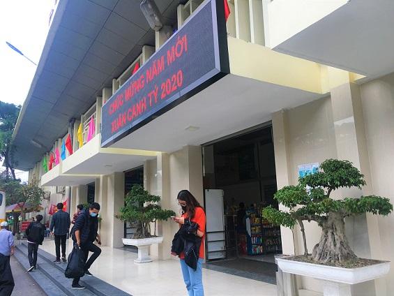 路線バスでザーラムバスターミナルに来て玄関から入っていくベトナムの人々の写真