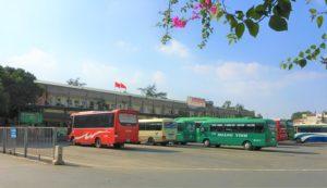 ザーラムバスターミナルを裏から見た写真 ハノイ発着の長距離バスがたくさん停まっている