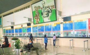 ベトナムのハノイのザーラムバスターミナルチケットカウンターに並ぶ客の写真