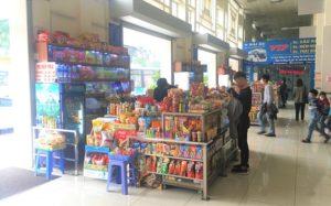ザーラムバスターミナルのお菓子と飲み物が山のように積まれた売店の写真