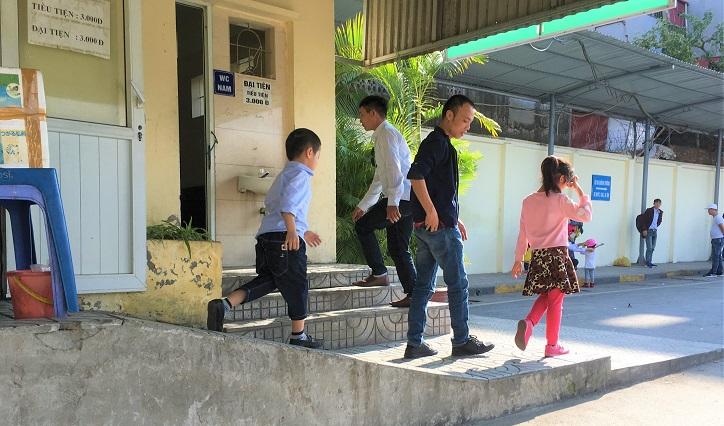 ザーラムバスターミナルの有料トイレから出てきたベトナム人家族の写真