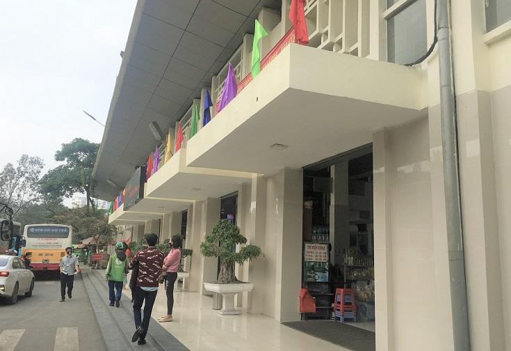 ザーラムバスターミナルの玄関でバスを待つベトナムの人々の写真