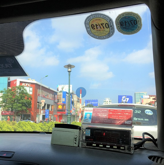 ハノイの旧市街からザーラムバスターミナルまで行った親切なタクシーの車内のダッシュボードの写真