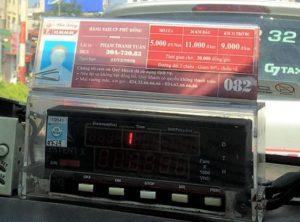 ハノイのメータータクシーの社員証と料金表|走行距離ごとに乗車賃が決まっている