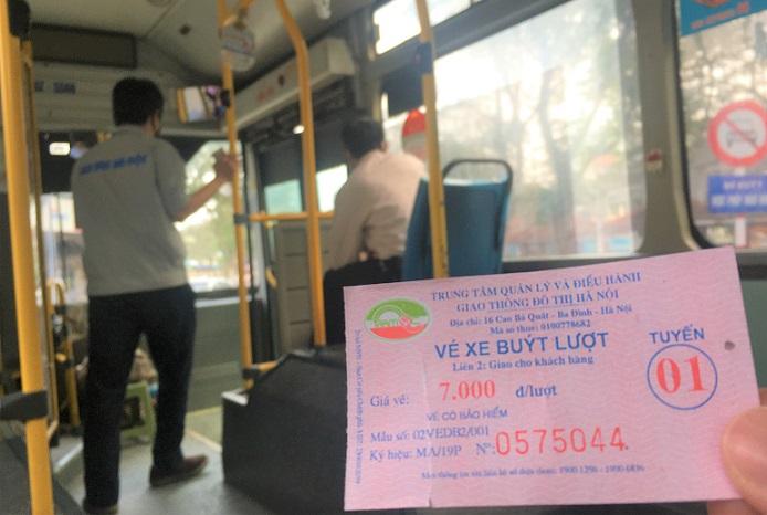 ハノイで7000ドン(約30円)のバスのチケットを買ってザーラムバスターミナルまで乗る