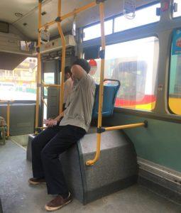 ハノイの路線バスの車掌兼運賃徴収係のベトナム人お兄さんの写真