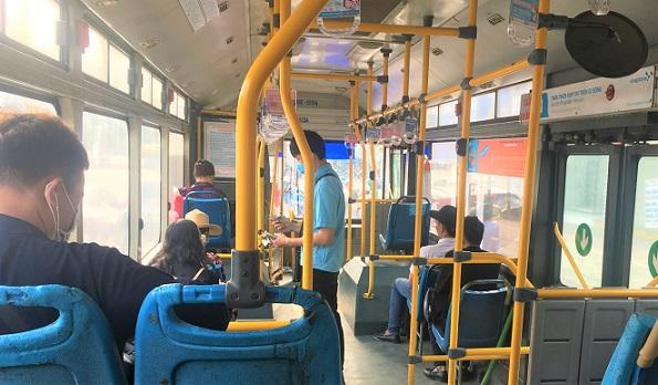 ベトナムの路線バスの座席でくつろぐ乗車達の写真