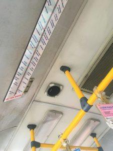 ベトナムのバスのつり革と路線図とスピーカー