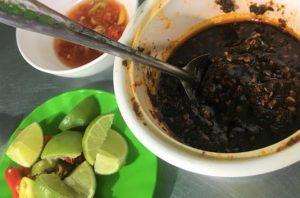 フエ料理店のテーブルに出されている調味料〈ライム・トウガラシペースト・酢〉の写真