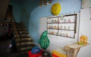 世界遺産フエのお勧め食堂の裏から、二階の店主の自宅に続く階段の写真。