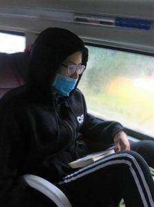 長距離バスの車内のベトナムの美人女子高生の写真