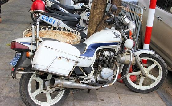 ベトナム警察の白バイ、HONDA-CB250の写真