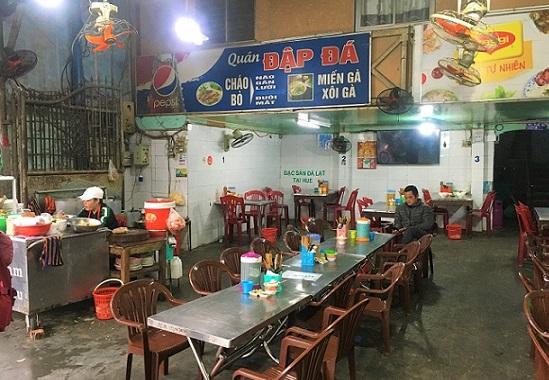 フエ料理店の店内に座るベトナム人男性の写真