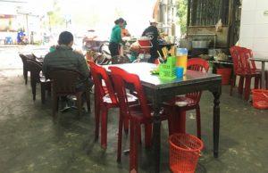 ベトナム世界遺産のフエの伝統的な麺料理店の客席の写真