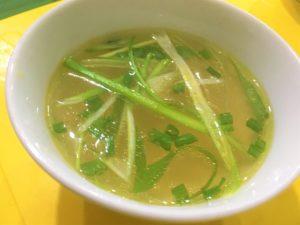 安食堂でもベトナム料理にセットされる無料のスープの写真