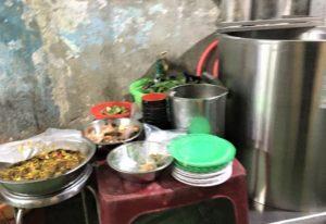 フエ料理の台所に積まれた食材と調味料の写真