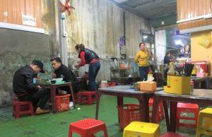 食堂の店内と家族で働く人たちの写真